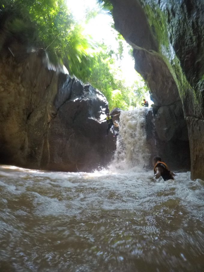滝ツボへのジャンプ