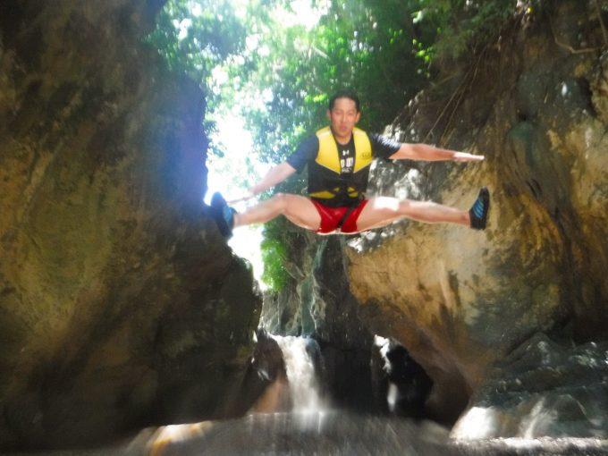 ダイナミックツアー中のジャンプショットの写真