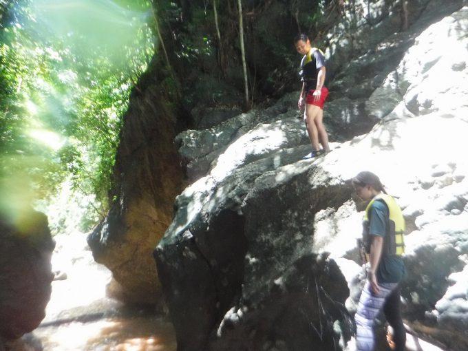 滝ツボジャンプに挑戦するカップルの写真