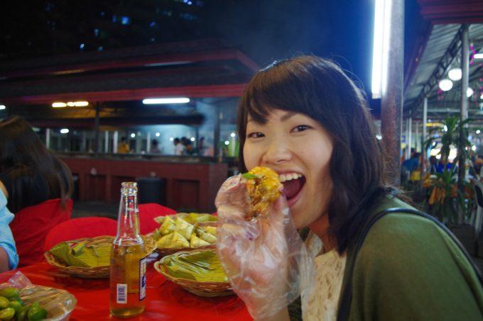 ラシアンでフィリピンスタイルで食べる写真