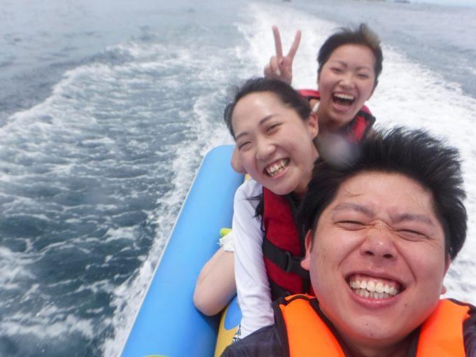 バナナボートを楽しむ男女の写真