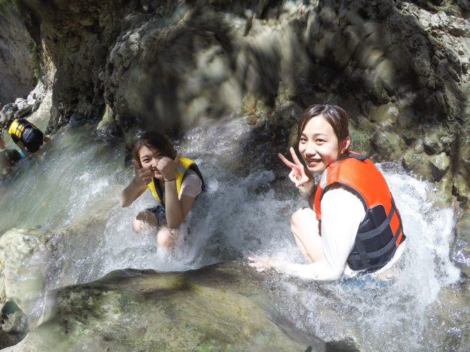 川遊びを楽しむ女性2名