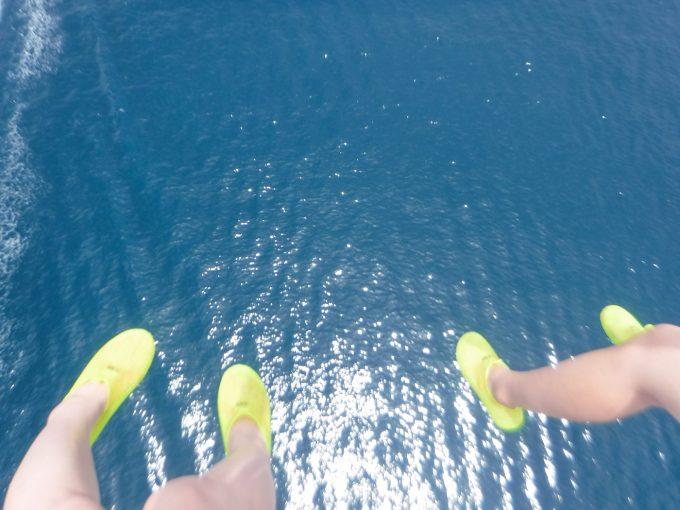 パラセーリングで海を上から撮影している写真