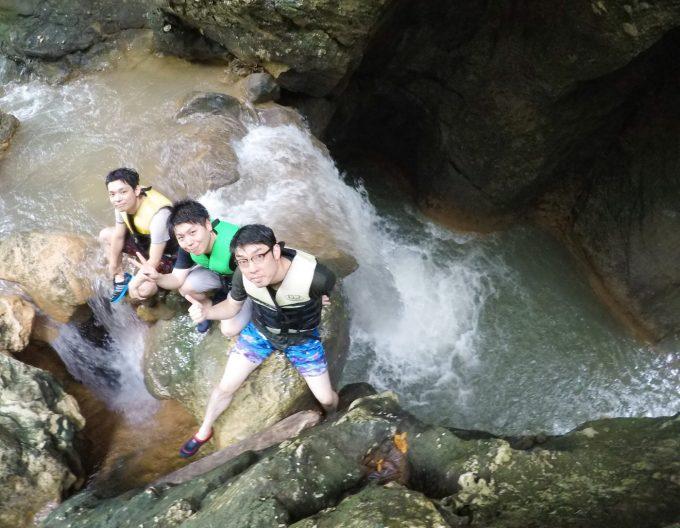 目玉の滝ジャンプに挑む男性3人の写真