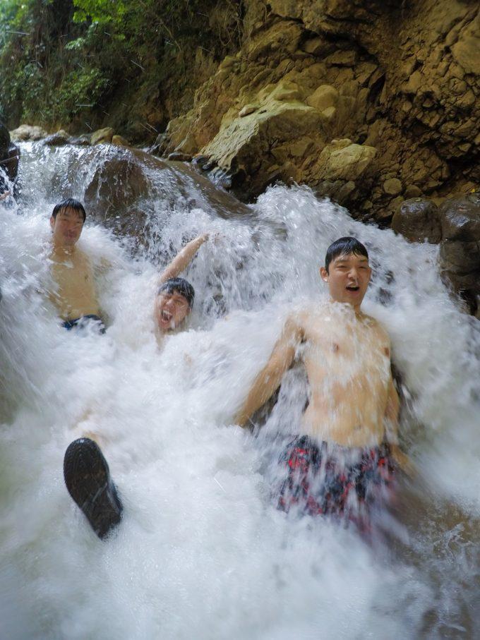 水圧でマッサージを楽しむ男3人の写真