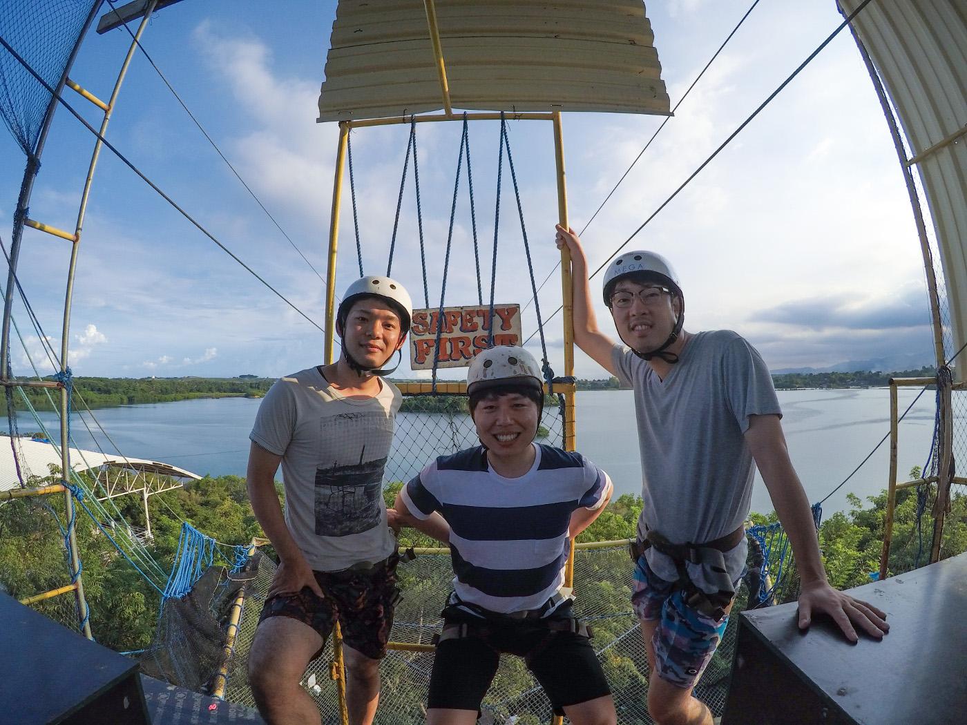 ジップラインを楽しむ男性3人の写真