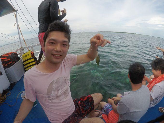 韓流アイランドホッピングで魚釣りをしている写真
