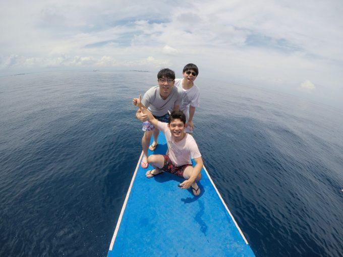 韓流アイランドホッピングを楽しむ男性3人がイメージできる写真