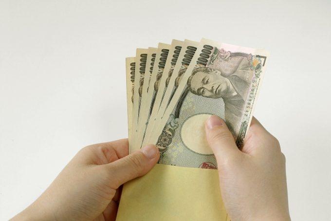 お金を数えているイメージができる写真