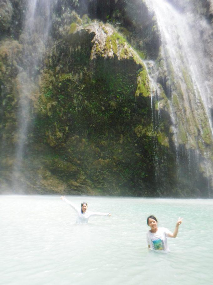 ツマログ滝を楽しんでいるイメージができる写真2