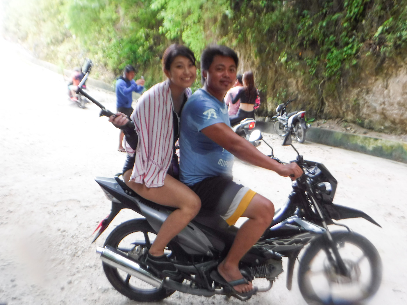 ツマログ滝へバイク移動している写真