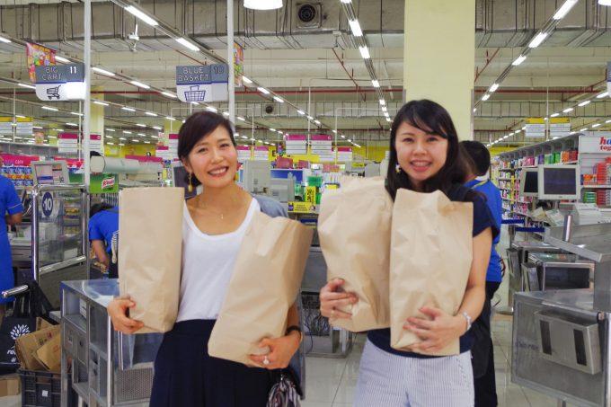 ショッピングを楽しむ女性の写真