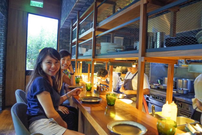 ピグ&パームで食事している女性の写真