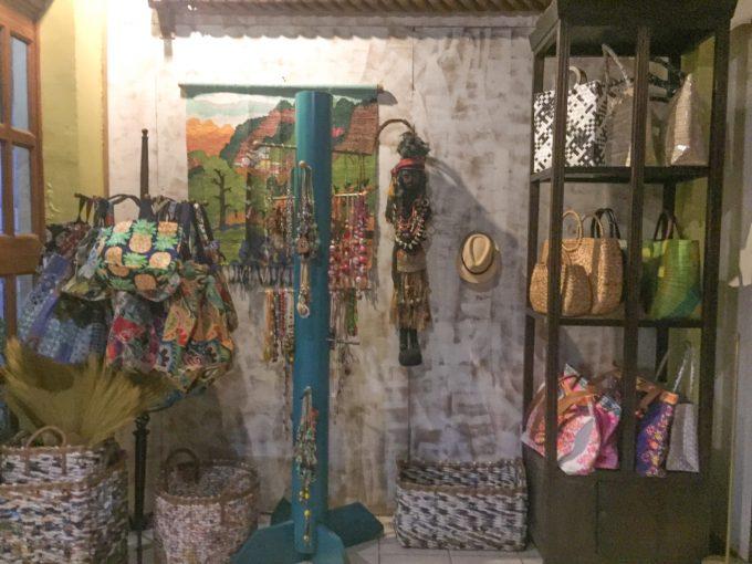 アバセリアカフェの民芸品の写真