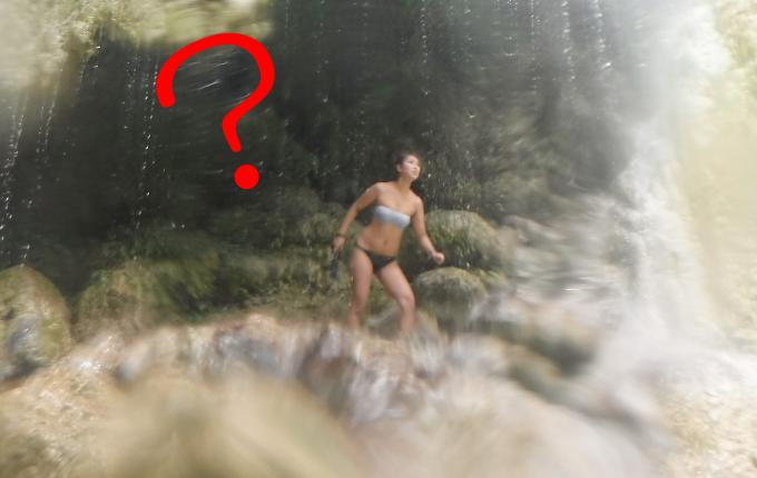違和感のあるツマログ滝での写真