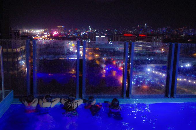 バイホテルのナイトプールの写真