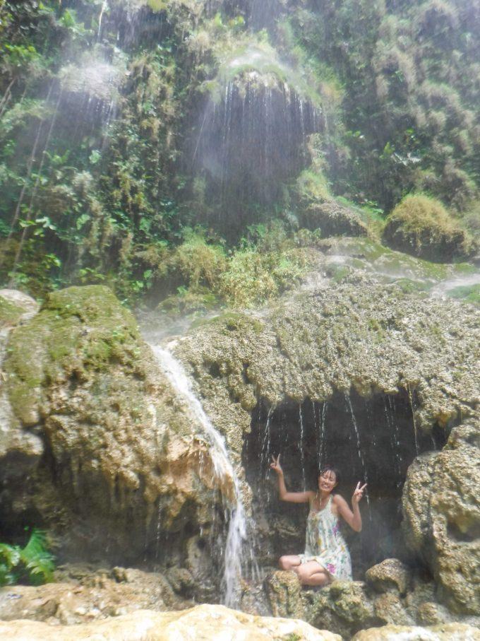 ツマログ滝を楽しんでいるイメージができる写真