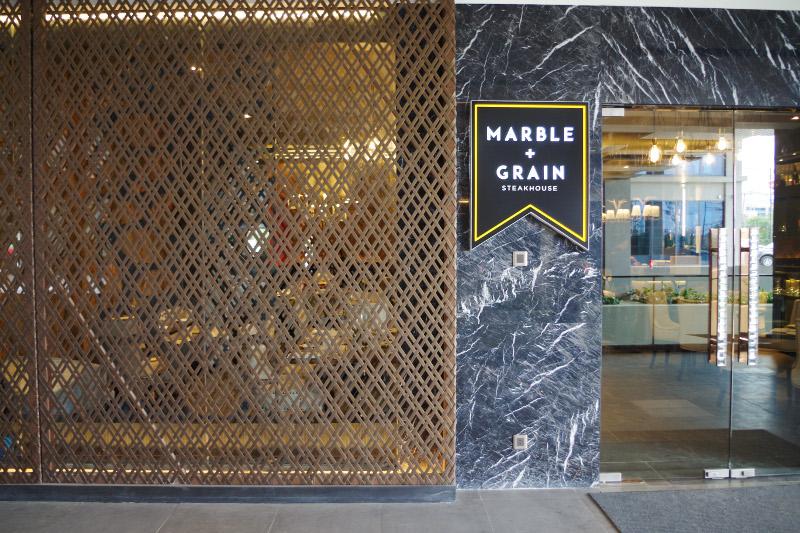 バイホテル内にあるステーキレストランのマーベル・グレーンの写真