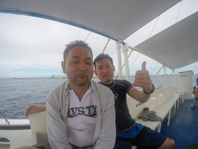2人の男性がアイランドホッピングに参加している写真