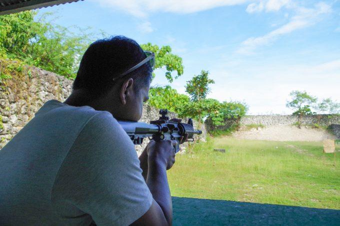ライフル射撃の様子がイメージできる写真