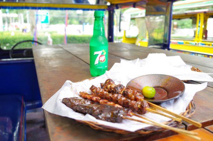 ジプニー内での食事の写真