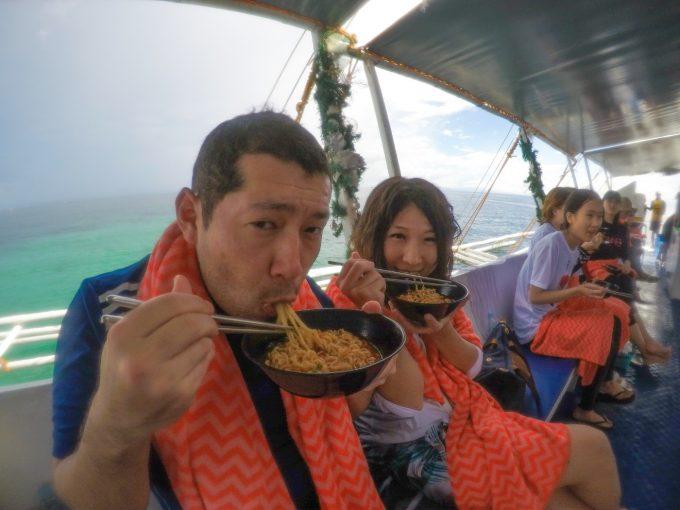韓流アイランドホッピング名物の辛ラーメンを食べている写真