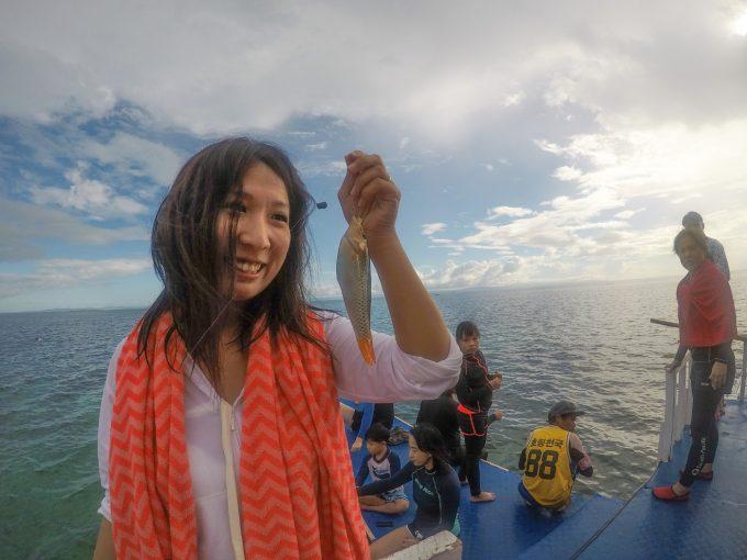 魚を釣り上げた奥さんの写真