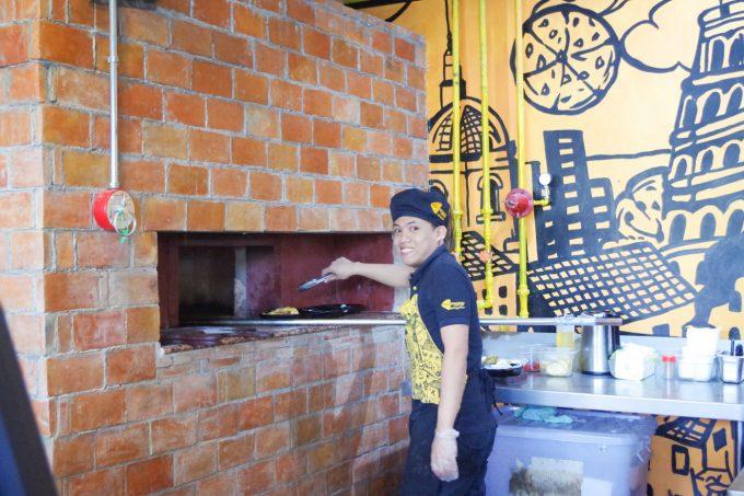 窯でピザをあげているイメージができる写真