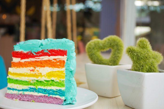 カフェカウの7色のケーキの写真