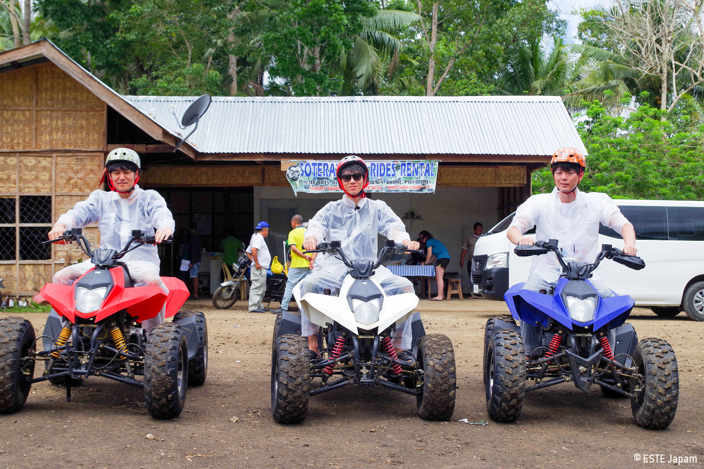 ボホール島ツアーでバギーをする男性3名