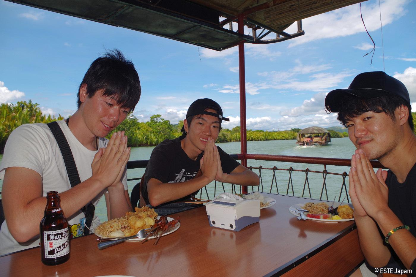 ボホール島ツアーの昼食を食べる男性3名