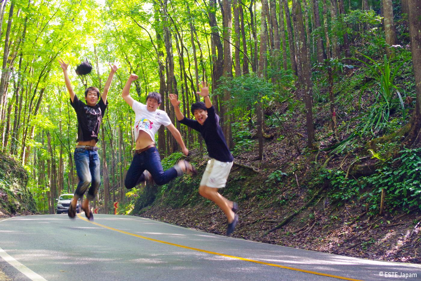 ボホール島ツアーの道中でジャンプする男性3名