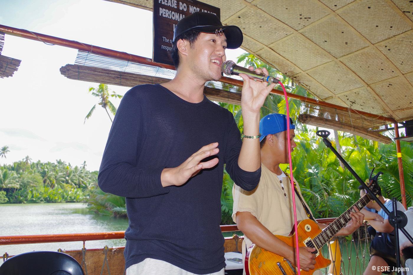 ボホール島ツアーで歌を歌う男性