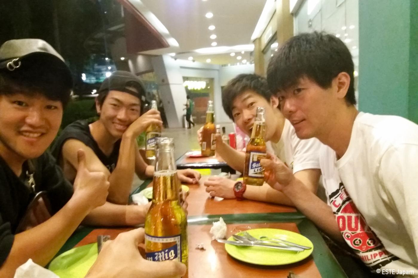 カフェムーンで食事をする男性4名