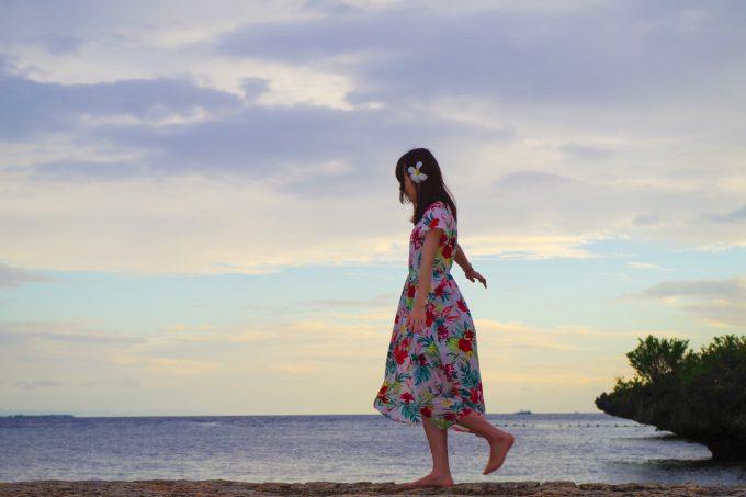 クリムゾンホテルのビーチ沿いを歩いている写真