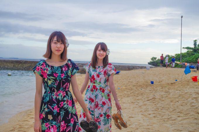 クリムゾンホテルのビーチを歩いている写真