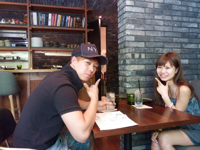 お洒落レストランで食事するカップルの写真