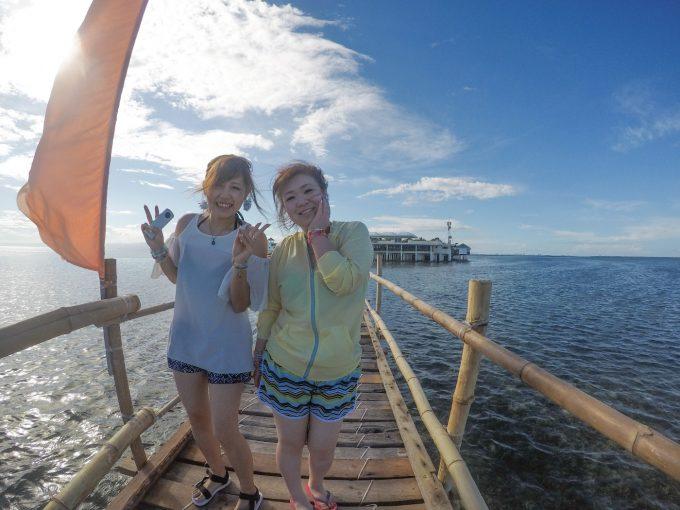 ナルスアン島の桟橋での女性2人の写真