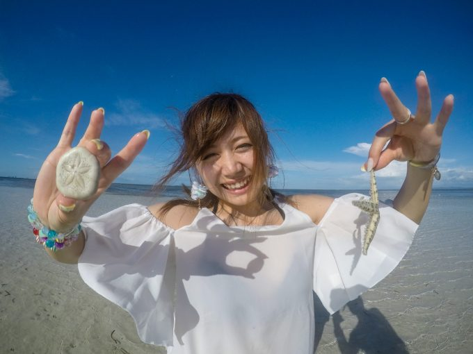 ナルスアン島で海を楽しむ女性の写真