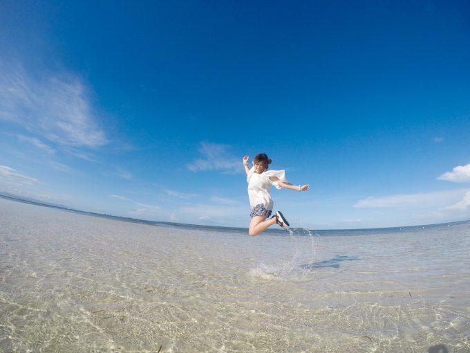 ナルスアン島ではしゃぐ女性の写真
