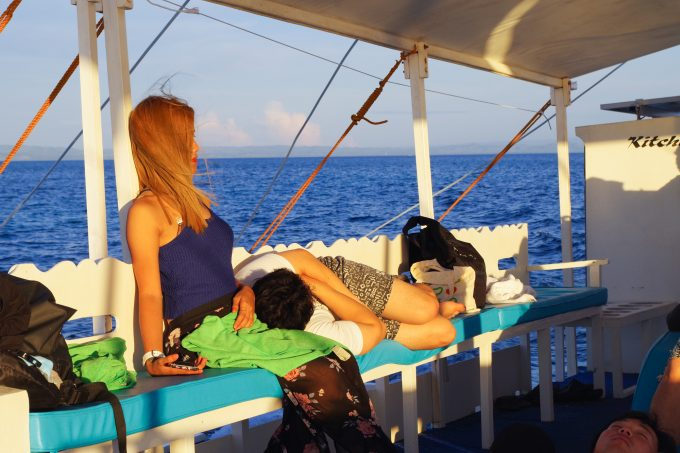 バンカーボート内で眠る写真
