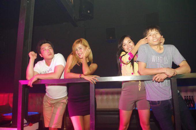 クラブでフィリピン人女性と飲んでいる写真