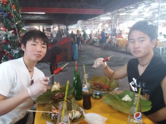 エクストリームツアーでラシアンにて食事している中学生2人の写真