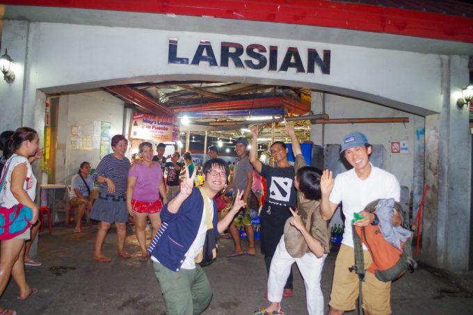 ラシアンで写真を撮る男性3人の写真