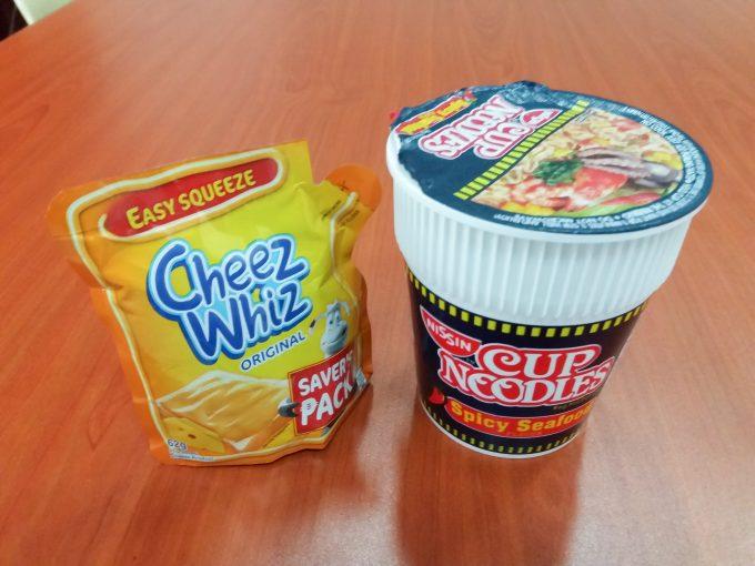カップヌードルとチーズの組合せの写真
