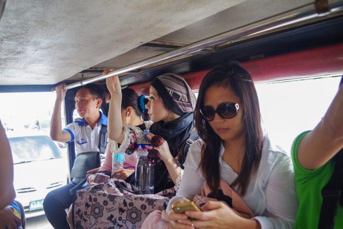 ジプニーに乗っている女性の写真