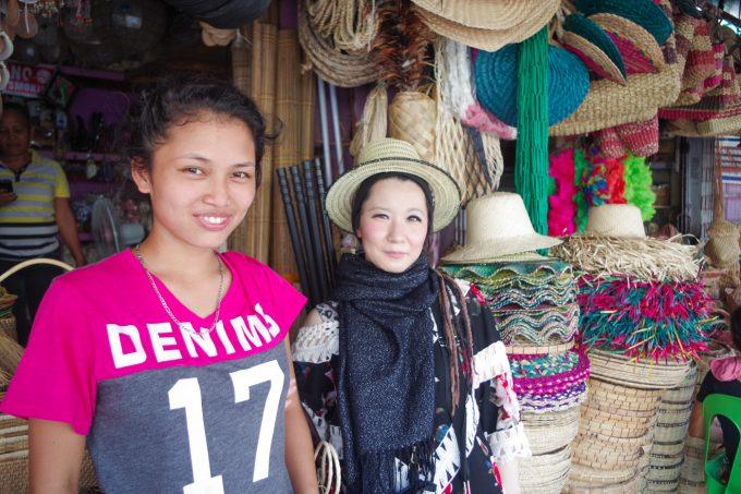 カルボンマーケットで販売員の女の子と記念写真