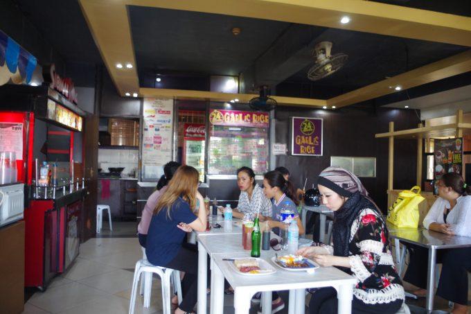 カロンデリアで昼食をとる女性の写真
