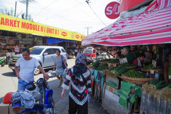 カルボンマーケットで街歩きしている女性の写真