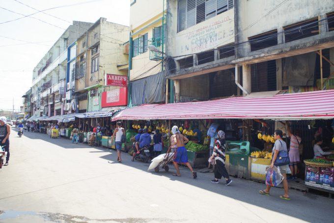 カルボンマーケットで街歩きしている写真